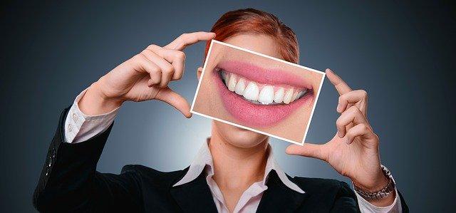 wybielanie zębów naturalnymi metodami
